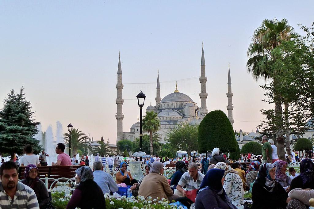 La Mezquita azul, lo más cercano a un pastel de boda de postín, con las apañueladas gallinas viejas haciendo el picnic de ramadán