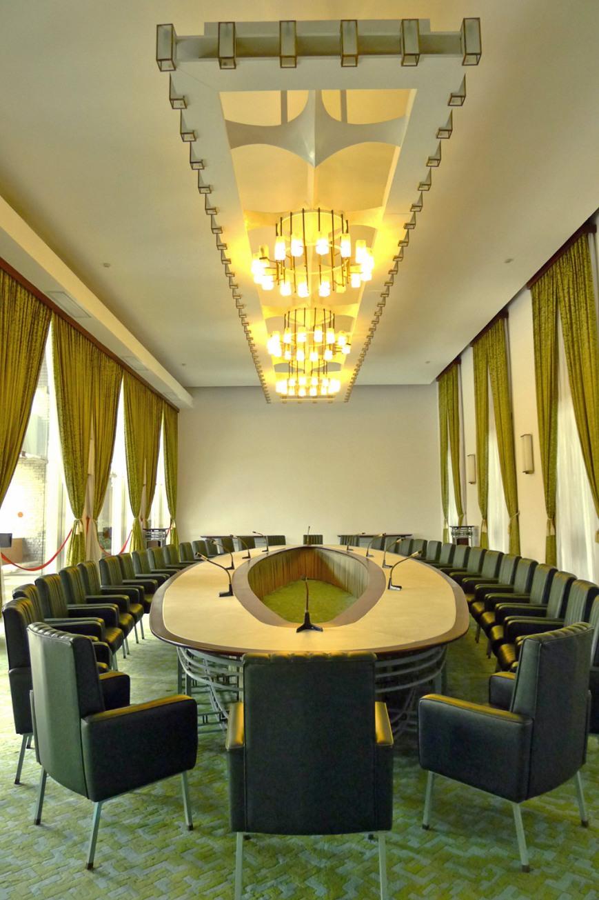 Mesa ovalada antiguo palacio presidencial