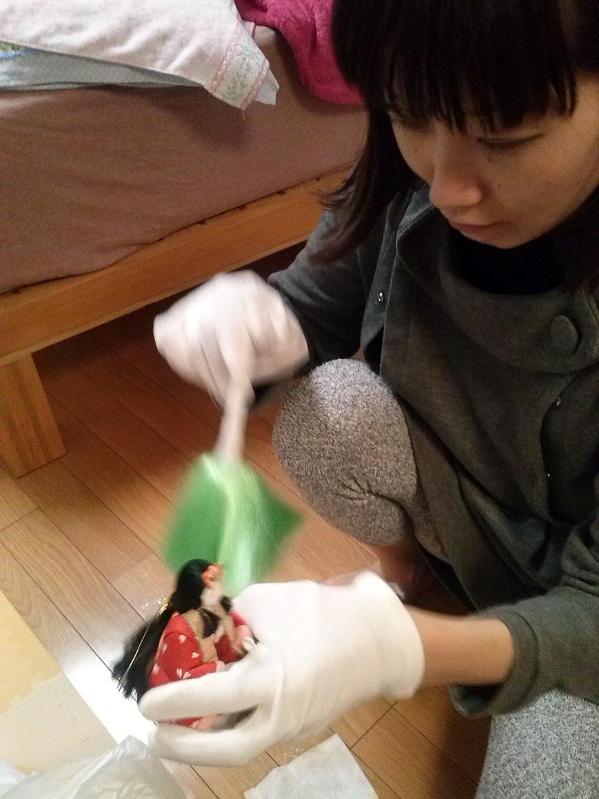 Haruko limpiando un muñeco