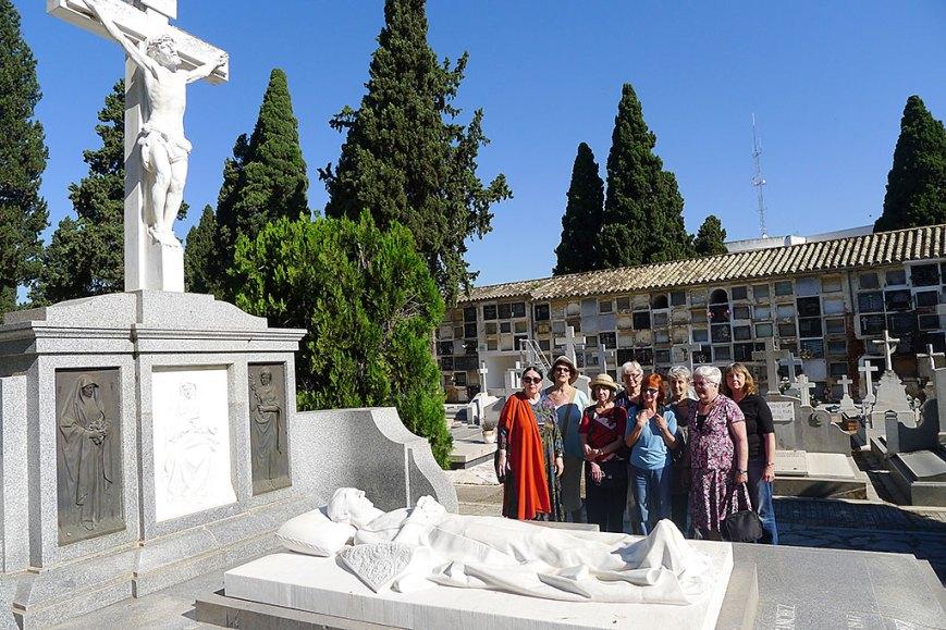 Las marujas turistas alemanas ante el mármol yacente de Manolete