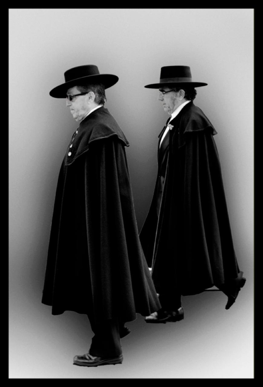 Señores con sombrero cordobés y capa.